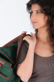 Mujer que lleva un bolso de tela de lana basta Imágenes de archivo libres de regalías