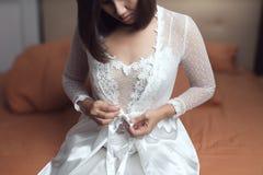 Mujer que lleva un camisón blanco largo fotos de archivo