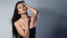 Mujer que lleva un vestido del negro sexy Imagen de archivo libre de regalías