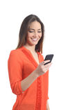 Mujer que lleva una camisa anaranjada usando un teléfono móvil Imagen de archivo