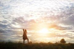 Mujer que lleva una guitarra en su hombro, camino del campo Imagen de archivo libre de regalías