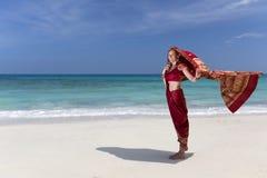 Mujer que lleva una sari en la playa del paraíso Foto de archivo libre de regalías