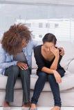 Mujer que llora al lado de su terapeuta Imagen de archivo
