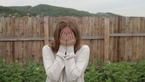 Mujer que llora en el jardín almacen de metraje de vídeo