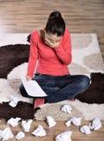 Mujer que llora, leyendo la letra Foto de archivo libre de regalías