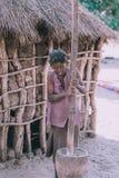 Mujer que machaca el mijo, África, Namibia imagenes de archivo
