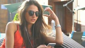 Mujer que manda un SMS almacen de video