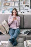 Mujer que manda un SMS con su smartphone Fotografía de archivo