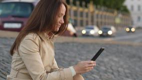Mujer que manda un SMS en el smartphone, forma de vida urbana almacen de video
