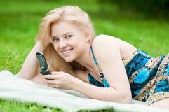 Mujer que manda un SMS en el teléfono móvil Foto de archivo
