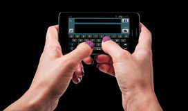 Mujer que manda un SMS en smartphone Fotos de archivo
