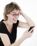 Mujer que manda un SMS en su teléfono celular Imagen de archivo