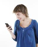 Mujer que manda un SMS en su teléfono celular Fotos de archivo libres de regalías