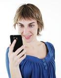 Mujer que manda un SMS en su teléfono celular Imagen de archivo libre de regalías