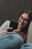 Mujer que manda un SMS tarde en la noche Fotografía de archivo