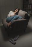 Mujer que manda un SMS tarde en la noche Fotos de archivo
