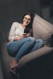 Mujer que manda un SMS tarde en la noche Imagen de archivo