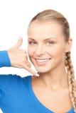 Mujer que me hace una llamada gesto Fotos de archivo libres de regalías