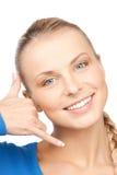 Mujer que me hace una llamada gesto Foto de archivo libre de regalías