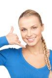 Mujer que me hace una llamada gesto Imágenes de archivo libres de regalías
