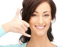Mujer que me hace una llamada gesto Foto de archivo