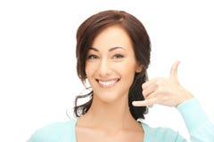 Mujer que me hace una llamada gesto Imagen de archivo