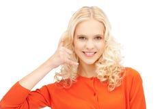 Mujer que me hace una llamada gesto Imagen de archivo libre de regalías