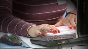 Mujer que mecanografía en el teclado almacen de metraje de vídeo