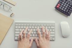 Mujer que mecanografía en el teclado de ordenador Fotos de archivo libres de regalías