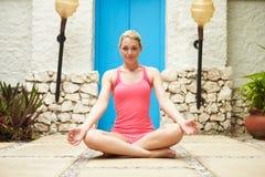 Mujer que medita al aire libre en el balneario de la salud Foto de archivo libre de regalías