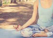 Mujer que medita al aire libre en parque del verano de la primavera fotos de archivo