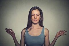 Mujer que medita con los ojos cerrados fotografía de archivo