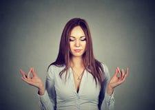 Mujer que medita con los ojos cerrados fotos de archivo