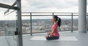 Mujer que medita en el balcón en casa 4k almacen de video