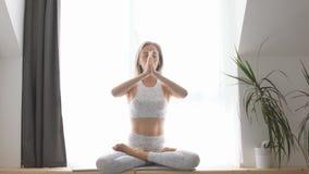 Mujer que medita en el primer de la posición de loto almacen de metraje de vídeo