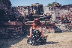 Mujer que medita en ruinas antiguas fotografía de archivo libre de regalías