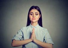 Mujer que medita tomando una pausa de todas las diligencias foto de archivo