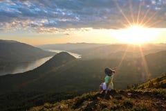 Mujer que medita y que se relaja en el top de la monta?a fotografía de archivo