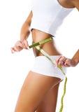 Mujer que mide dimensión de una variable perfecta de la cintura hermosa Imagen de archivo