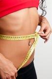 Mujer que mide su cintura foto de archivo libre de regalías