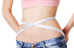 Mujer que mide su cintura Fotos de archivo