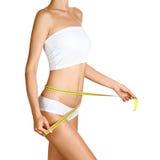 Mujer que mide su cintura. Carrocería delgada perfecta foto de archivo