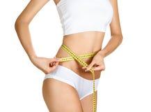 Mujer que mide su cintura. Carrocería delgada perfecta foto de archivo libre de regalías