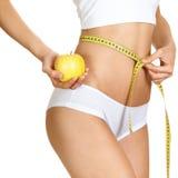 Mujer que mide su cintura. Carrocería delgada perfecta imagenes de archivo
