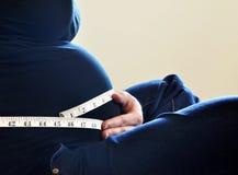 Mujer que mide su talla de la cintura Imágenes de archivo libres de regalías