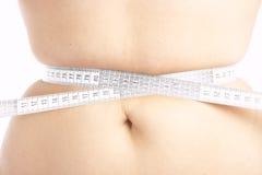 Mujer que mide su vientre Imágenes de archivo libres de regalías