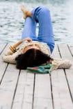 Mujer que miente cerca del río Fotografía de archivo