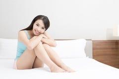 Mujer que miente en cama imagen de archivo libre de regalías