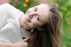 Mujer que miente en campo de hierba en el parque Imagenes de archivo