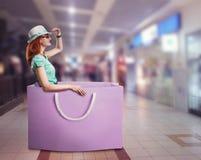 Mujer que miente en el bolso Foto de archivo